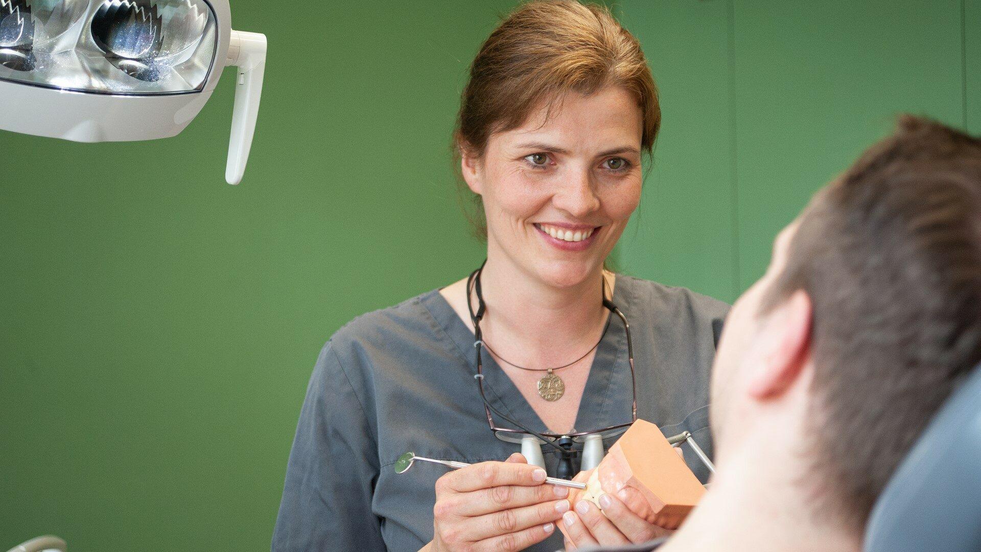 Praxisgruenderin Dr. Wolter im Patientengespraech 1